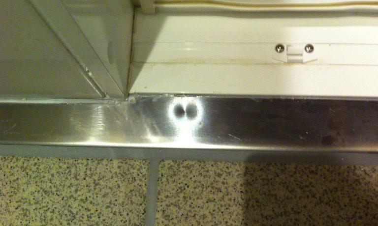 シャワーユニット入り口部分の凹み