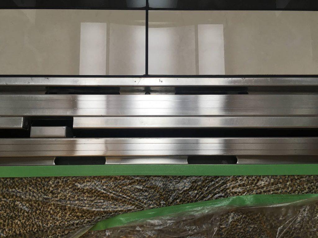 エレベーターカゴ内ステンレスレール凹み補修