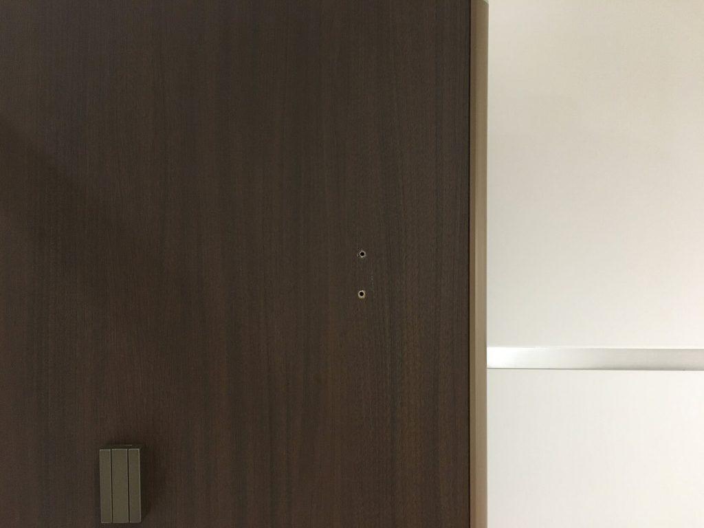 トイレブース扉の穴