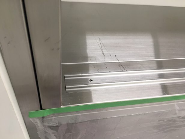 手術室用SUS製ショーケースの傷補修