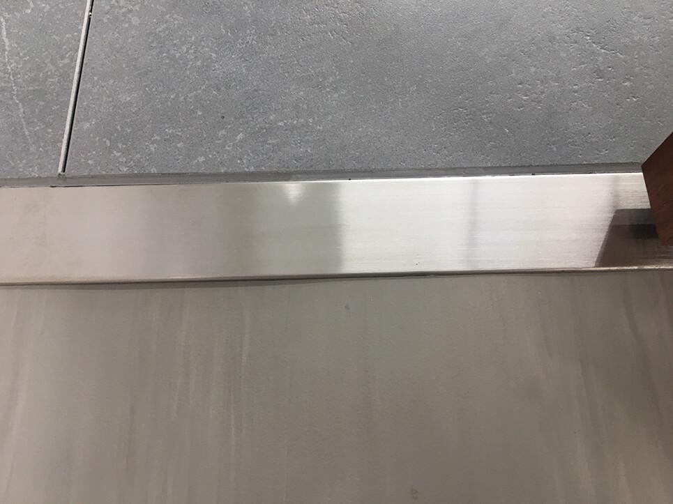 引き戸のステンレス沓摺の凹み補修