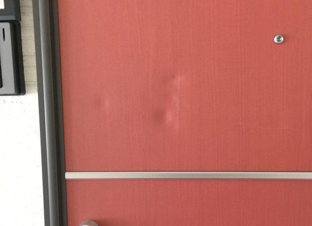 玄関扉の凹みを修理