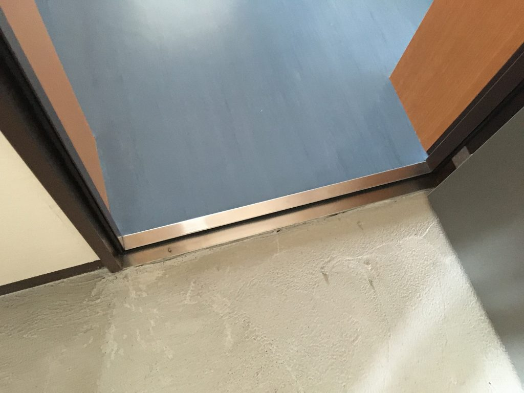 玄関扉ステンレス下枠の焦げ補修