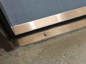 玄関扉ステンレス下枠焦げ修理