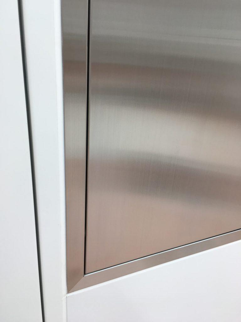 ステンレス収納扉の凹み修理