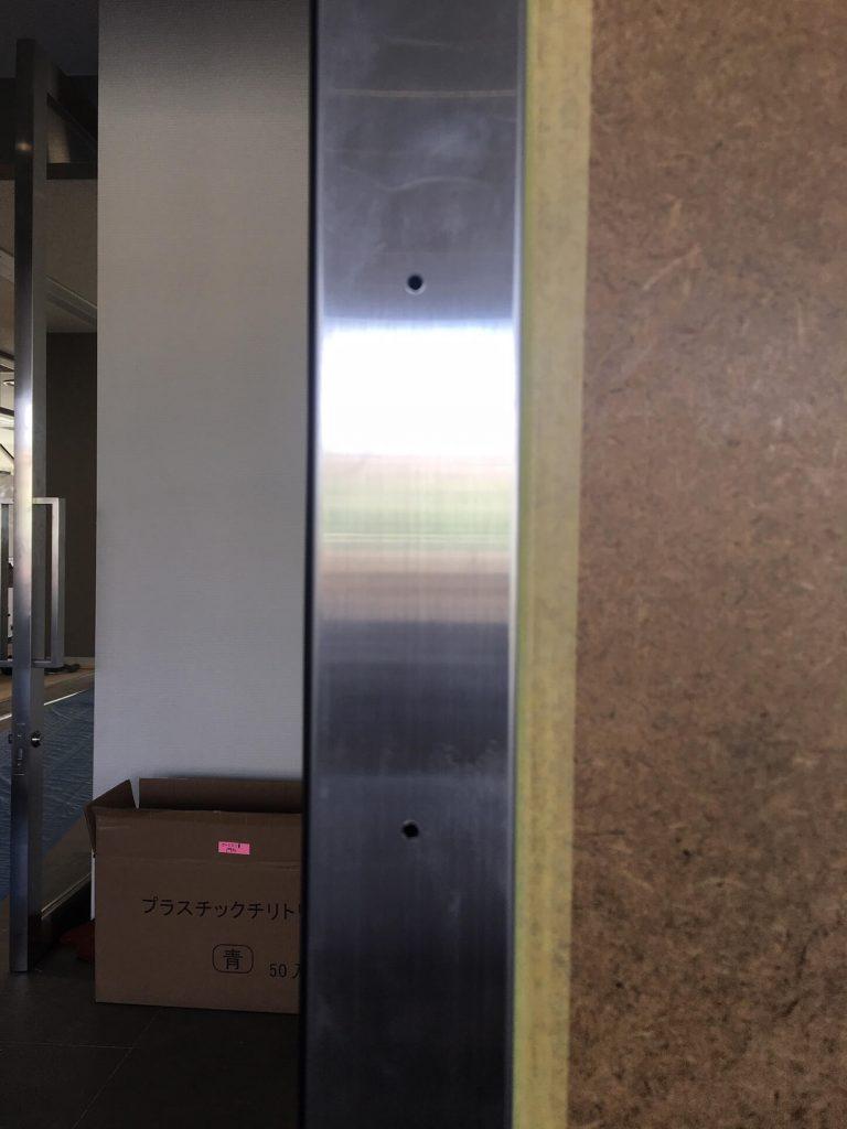 自動ドア縦枠の穴補修