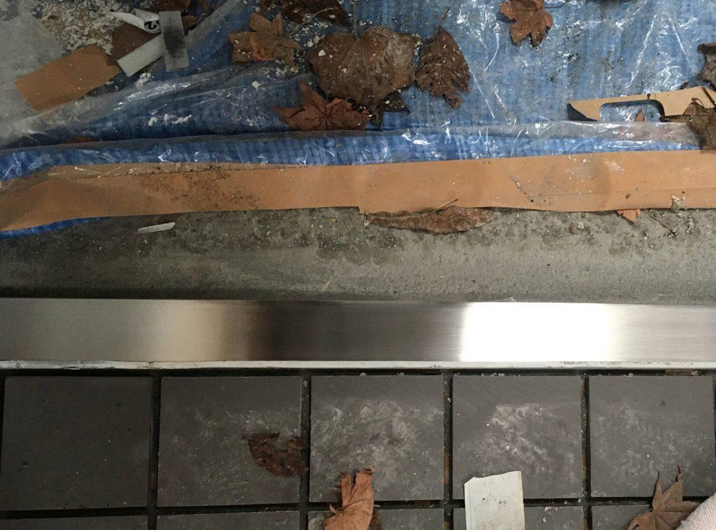 公園のトイレドア沓摺りの傷補修