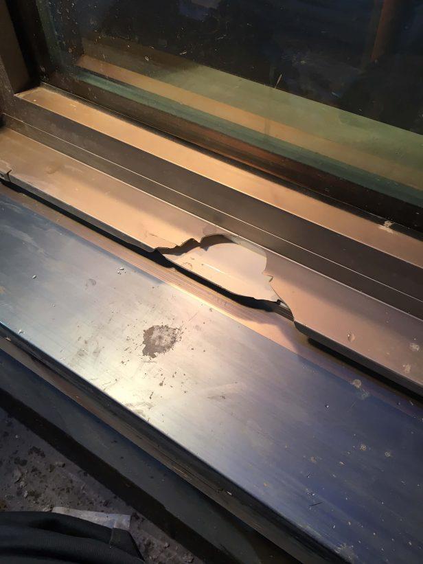 樹脂製サッシの破損を修復
