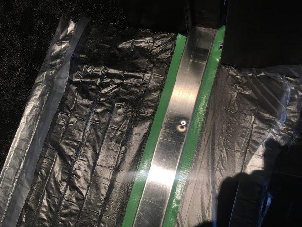 玄関扉ステンレス下枠の凹み傷補修