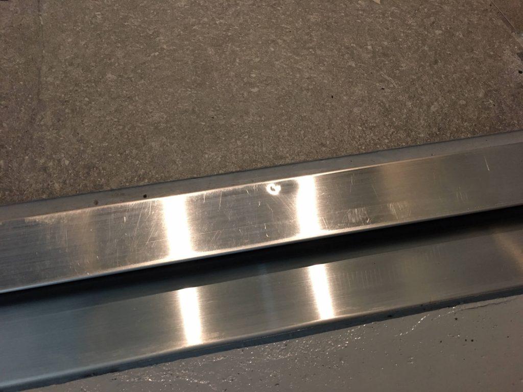 鉄扉ステンレス沓摺の凹み修理