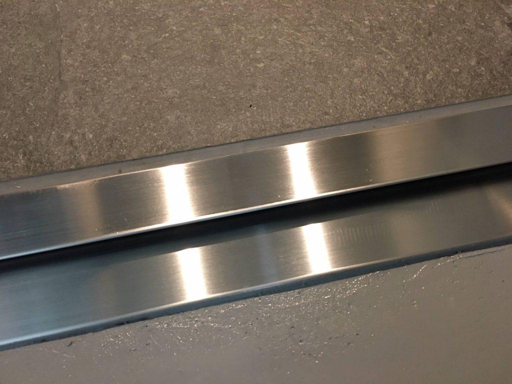 鉄扉ステンレス沓摺の凹み補修