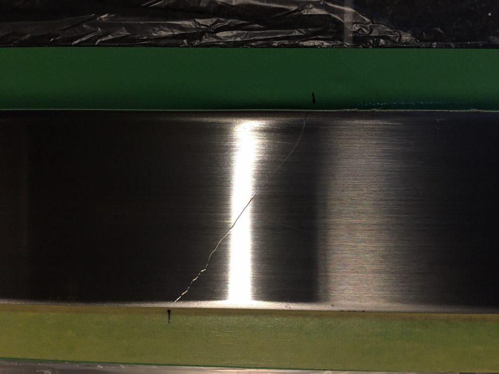 玄関ドアのステンレス下枠キズ修理