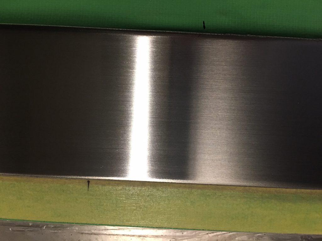 玄関ドアのステンレス下枠のキズ修理