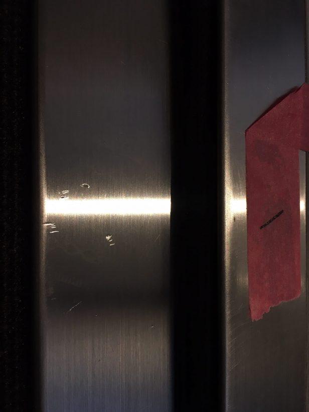 分譲マンション玄関ドアのステンレス下枠キズ補修
