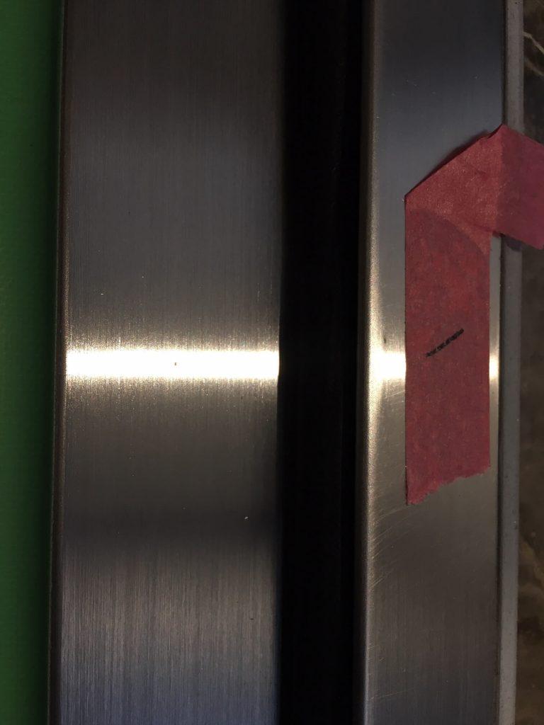 分譲マンション玄関ドアのステンレス下枠キズ修理