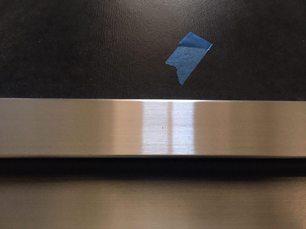 玄関スチールドア 下枠 凹みキズ補修