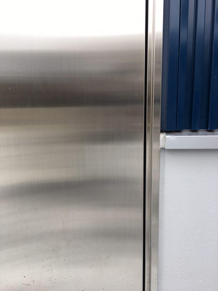 漁業施設ステンレス扉の凹み補修