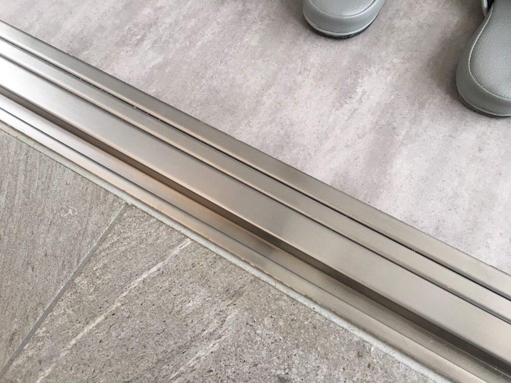 自動ドアの下枠ステンレス凹み補修